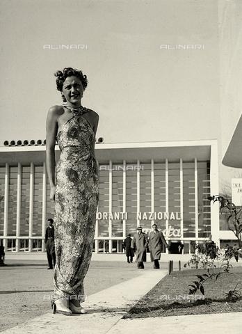 """AVQ-A-000046-0028 - Indossatrice con un lungo abito in tessuto a motivi floreali realizzato dalla sartoria """"Graldi"""". - Data dello scatto: 1935 - 1939 - Archivi Alinari, Firenze"""