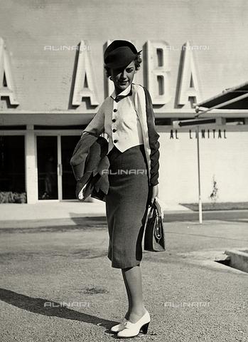 """AVQ-A-000046-0029 - Indossatrice con un completo realizzato dalla sartoria """"Graldi"""". Il modello è composto da un tailleur con una camicia bicolore. Un cappello rigido completa l'insieme. - Data dello scatto: 1935 - 1939 - Archivi Alinari, Firenze"""
