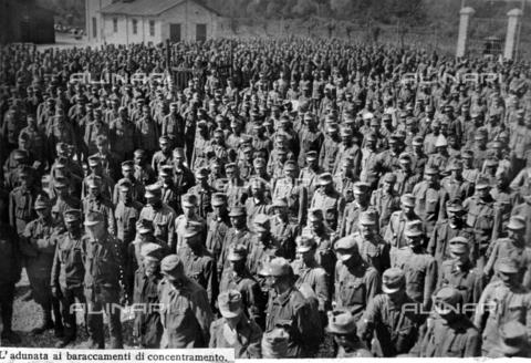 AVQ-A-000055-0013 - Prigionieri adunati nel piazzale interno di un campo di concentramento militare italiano durante la Prima Guerra Mondiale - Data dello scatto: 1915-1918 - Archivi Alinari, Firenze