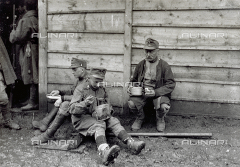 AVQ-A-000057-0094 - Tre prigionieri austriaci sono ritratti dopo la distribuzione del rancio - Data dello scatto: 1915-1918 - Archivi Alinari, Firenze