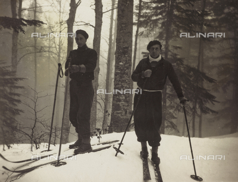 AVQ-A-000059-0299 - Couple of skiers