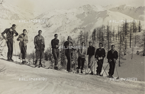 AVQ-A-000059-0311 - Group portrait on skis