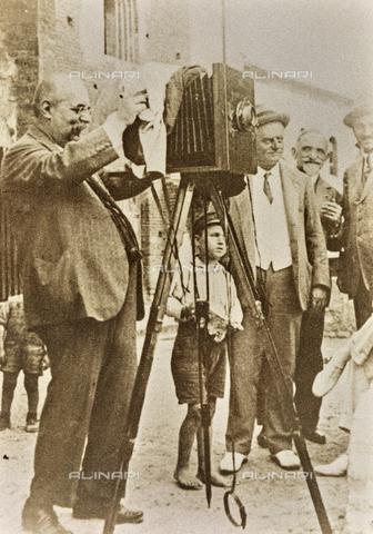 AVQ-A-000065-0146 - Vittorio Alinari ritratto nell'atto di scattare una fotografia - Data dello scatto: 1910 ca. - Archivi Alinari, Firenze