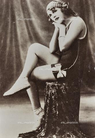 AVQ-A-000065-0160 - Ritratto a figura intera di una giovane donna in abbigliamento da bagno. - Data dello scatto: 1920 ca. - Archivi Alinari, Firenze