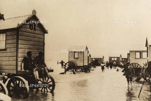 AVQ-A-000065-0383 - Veduta con numerose cabine mobili poste sulla battigia di una spiaggia. - Data dello scatto: 1900 ca. - Archivi Alinari, Firenze