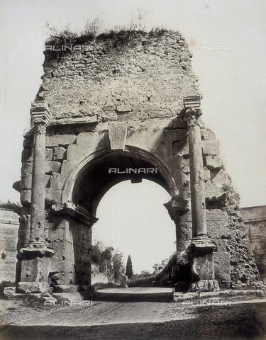 AVQ-A-000073-0016 - Roma: Veduta dell'Arco di Druso - Data dello scatto: 1871 - Raccolte Museali Fratelli Alinari (RMFA), Firenze
