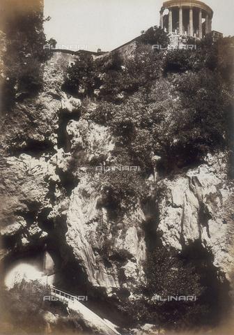 AVQ-A-000073-0024 - Tivoli: la rovina con il Tempio della Sibilla e la grotta di Nettuno - Data dello scatto: 1858 - Raccolte Museali Fratelli Alinari (RMFA), Firenze