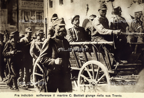 AVQ-A-000133-0005 - Cesare Battisti arrives in Trent ecorted by Austrian soldiers in a wagon. - Data dello scatto: 11/07/1916 - Archivi Alinari, Firenze
