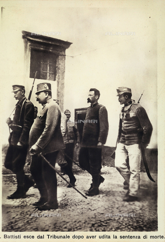 AVQ-A-000133-0006 - Cesare Battisti walking from the exit of the court of justice after the death sentence, Trento - Data dello scatto: 11/07/1916 - Archivi Alinari, Firenze
