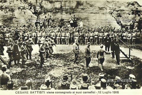 AVQ-A-000133-0008 - Cesare Battisti is handed over to the soldiers that will carry out the capial execution. - Data dello scatto: 12/07/1916 - Archivi Alinari, Firenze