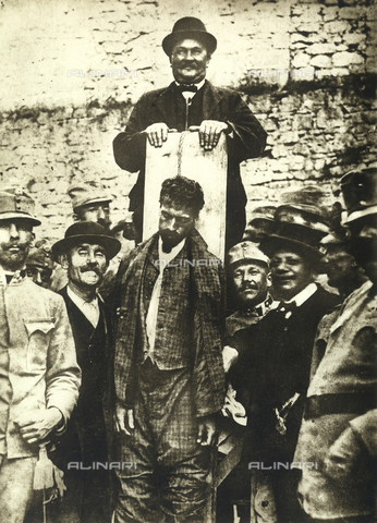 AVQ-A-000133-0011 - Cesare Battist seen an instant after his hanging. - Data dello scatto: 12/07/1916 - Archivi Alinari, Firenze