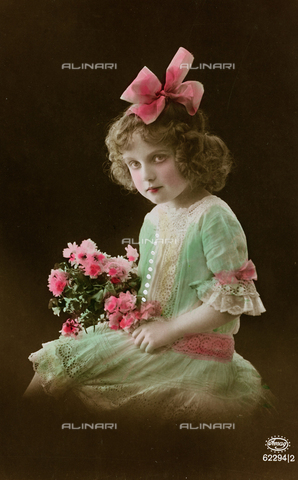 "AVQ-A-000140-0087 - Postcard depicting a little girl with flower, ""Album para Tarjetas postales"""