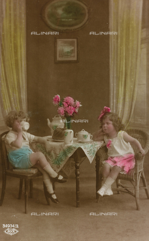 "AVQ-A-000140-0093 - Postcard depicting a couple of little girl having a tea, ""Album para Tarjetas postales"""