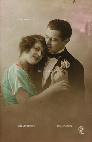 "AVQ-A-000140-0158 - Postcard depicting two lovers, ""Album para Tarjetas postales"""