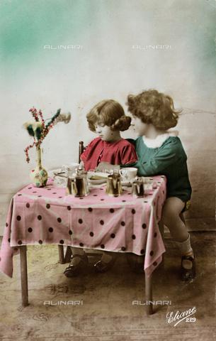 "AVQ-A-000140-0165 - Postcard depicting two children playing, ""Album para Tarjetas postales"""