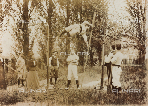 AVQ-A-000174-0011 - Portrait of a man who trains in the pole vaulting in front of some spectators