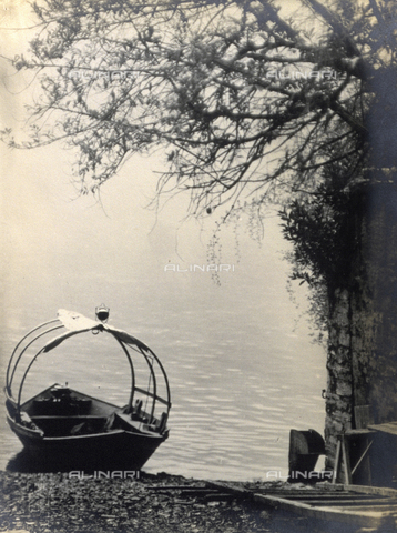 AVQ-A-000205-0011 - A typical Lake Como boat pulled up on the shore of the lake - Date of photography: 1931 ca. - Fratelli Alinari Museum Collections, Florence