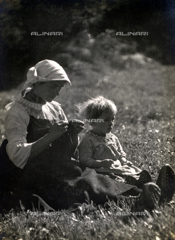 AVQ-A-000205-0012 - Mother and daughter sitting in a meadow. The woman is knitting - Date of photography: 1931 ca. - Fratelli Alinari Museum Collections, Florence