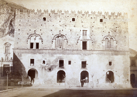 AVQ-A-000209-0002 - Veduta di Palazzo Corvaja a Taormina - Data dello scatto: 1870-1890 ca. - Archivi Alinari, Firenze