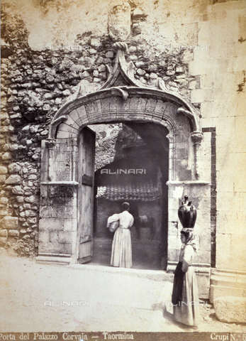 AVQ-A-000209-0003 - The door of the left flank of Palazzo Corvaja in Taormina, Italy. In the foreground two women in traditional clothes - Data dello scatto: 1870-1890 ca. - Archivi Alinari, Firenze
