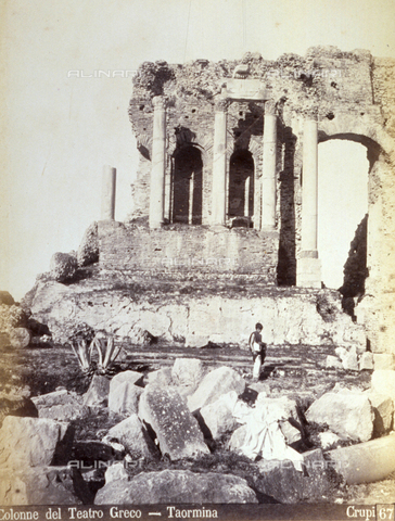 AVQ-A-000209-0008 - Colomns of the Greek Theatre in Taormina, Italy. In the foreground a few archaeological finds can be identified; at the center of the picture a boy in a Hellenistic costume - Data dello scatto: 1870-1890 ca. - Archivi Alinari, Firenze