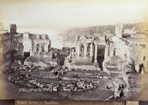 AVQ-A-000209-0009 - Veduta d'insieme delle rovine del Teatro Greco di Taormina - Data dello scatto: 1870-1890 ca. - Archivi Alinari, Firenze