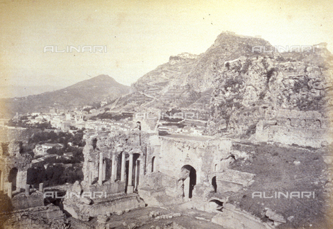 AVQ-A-000209-0010 - The ruins of the Greek Theatre in Taormina, Italy. In the background panorama of the Medieval town dominated by the ancient castle - Data dello scatto: 1870-1890 ca. - Archivi Alinari, Firenze