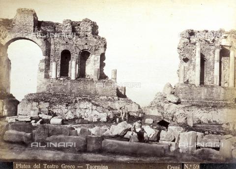 AVQ-A-000209-0011 - The platea of the Greek Theatre in Taormina, Italy. A boy is sitting among the ruins in Hellenistic style clothes - Data dello scatto: 1870-1890 ca. - Archivi Alinari, Firenze
