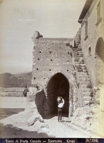 AVQ-A-000209-0012 - Veduta di Porta Catania a Taormina ripresa dall'interno della cinta muraria - Data dello scatto: 1870-1890 ca. - Archivi Alinari, Firenze