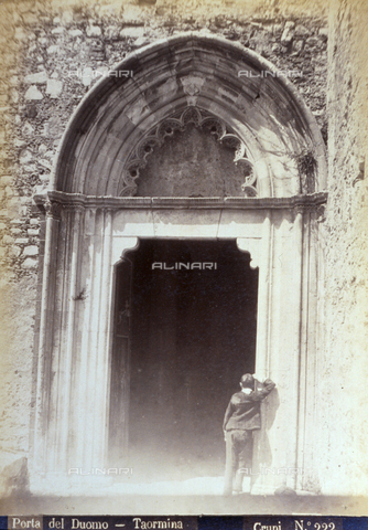 AVQ-A-000209-0014 - Portal of the right flank of the Cathedral in Taormina. At the entrance a man with his back turned - Data dello scatto: 1870-1890 ca. - Archivi Alinari, Firenze
