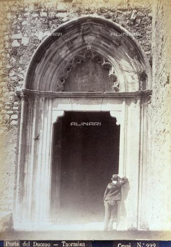AVQ-A-000209-0014 - Veduta del portale della fiancata destra della Cattedrale a Taormina. All'ingresso una figura maschile ripresa di spalle - Data dello scatto: 1870-1890 ca. - Archivi Alinari, Firenze