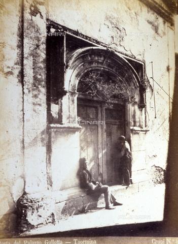 AVQ-A-000209-0016 - The door of Palazzo Gullotta in Taormina. A man and a boy posing in front of the run-down building - Data dello scatto: 1870-1890 ca. - Archivi Alinari, Firenze