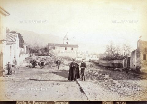 AVQ-A-000209-0019 - Veduta della vecchia strada San Pancrazio a Taormina - Data dello scatto: 1870-1890 ca. - Archivi Alinari, Firenze