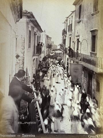 AVQ-A-000209-0026 - A street in Taormina full of eclesiastic figures and churchgoers during a procession - Data dello scatto: 1870-1890 ca. - Archivi Alinari, Firenze