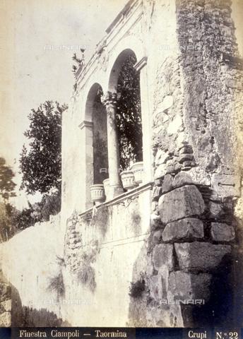 AVQ-A-000209-0029 - Scorcio di un'elegante bifora di Palazzo Ciampoli a Taormina - Data dello scatto: 1870-1890 ca. - Archivi Alinari, Firenze