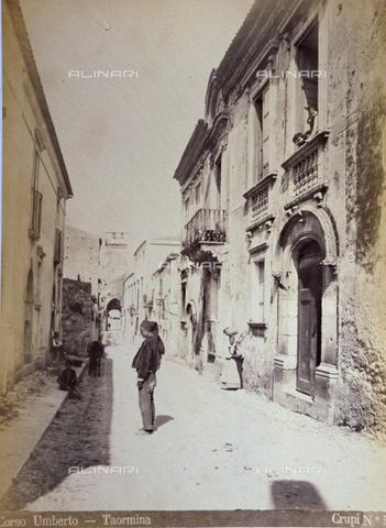 AVQ-A-000209-0030 - Corso Umberto in Taormina, Italy - Data dello scatto: 1870-1890 ca. - Archivi Alinari, Firenze