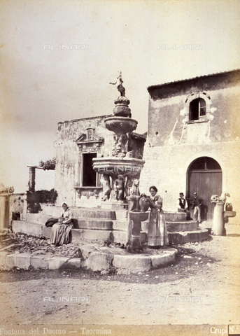 AVQ-A-000209-0031 - 17th century fountain in front of the Cathedral in Taormina. In the foreground two working class women in humble late 19th century clothes - Data dello scatto: 1870-1890 ca. - Archivi Alinari, Firenze