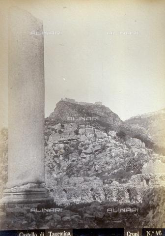 AVQ-A-000209-0032 - Veduta dello sprone calcareo alla cui sommità si erge il Castello di Taormina - Data dello scatto: 1890 ca. - Archivi Alinari, Firenze