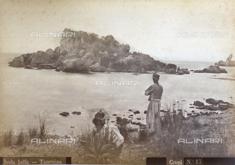 AVQ-A-000209-0036 - The beach of Isola Bella in Taormina. On the shore a man with his back turned, is looking at the sea - Data dello scatto: 1870-1890 ca. - Archivi Alinari, Firenze
