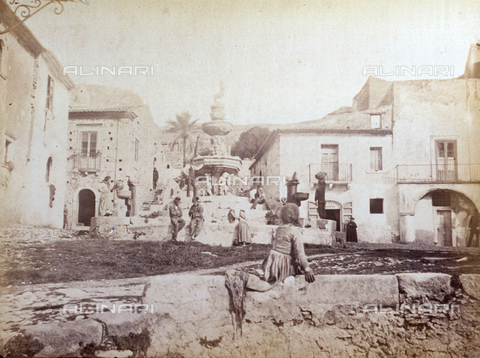 AVQ-A-000209-0037 - 17th century fountain in front of the Cathedral in Taormina. A group of working class people can be identified - Data dello scatto: 1870-1890 ca. - Archivi Alinari, Firenze