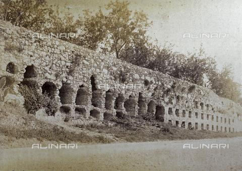 AVQ-A-000209-0040 - Roman walls in Taormina, with deep niches alternately arched and flat - Data dello scatto: 1890 ca. - Archivi Alinari, Firenze