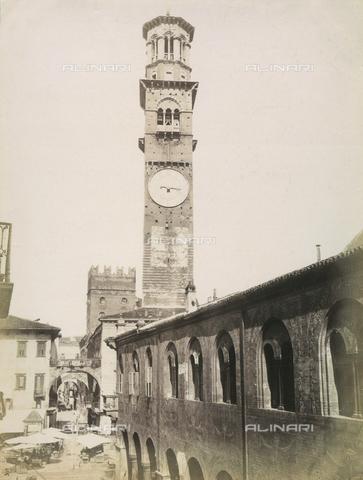 AVQ-A-000225-0047 - La Torre dei Lamberti inglobata nel Palazzo del Comune di Verona - Data dello scatto: 1875 ca. - Archivi Alinari, Firenze