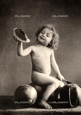 AVQ-A-000283-0009 - Ritratto a figura intera di un bambino nudo seduto su un'anguria con in mano una fetta del frutto - Data dello scatto: 1890 - 1900 ca. - Archivi Alinari, Firenze