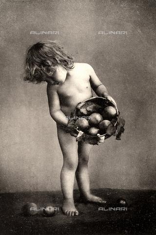 AVQ-A-000283-0011 - Ritratto a figura intera di un bambino nudo mentre osserva alcune mele cadute dal cesto che ha in mano - Data dello scatto: 1890 - 1900 ca. - Archivi Alinari, Firenze