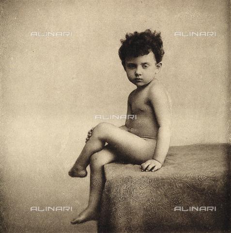 AVQ-A-000283-0024 - Ritratto di bambino nudo seduto, in posa, con la gamba accavallata - Data dello scatto: 1890 - 1900 ca. - Archivi Alinari, Firenze