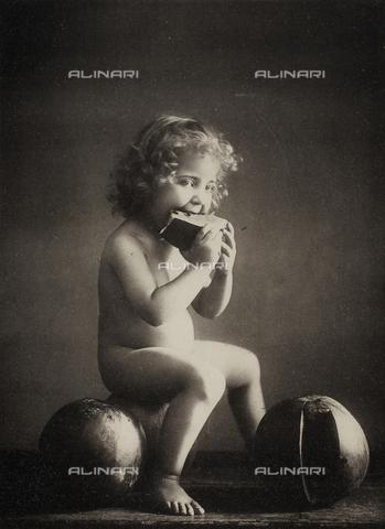 AVQ-A-000283-0026 - Ritratto a figura intera di un bambino nudo seduto su un'anguria mentre mangia una fetta del frutto - Data dello scatto: 1890 - 1900 ca. - Archivi Alinari, Firenze