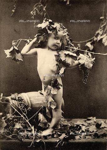 AVQ-A-000283-0033 - Ritratto di bambino come Bacco, in posa tra foglie e grappoli d'uva accanto ad una botte di vino - Data dello scatto: 1890 - 1900 ca. - Archivi Alinari, Firenze