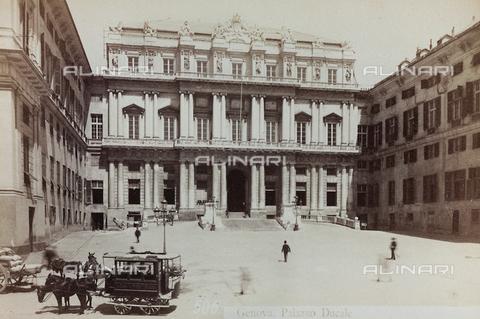 AVQ-A-000284-0008 - La facciata di palazzo Ducale, Piazza Matteotti, Genova - Data dello scatto: 1870-1890 - Raccolte Museali Fratelli Alinari (RMFA), Firenze