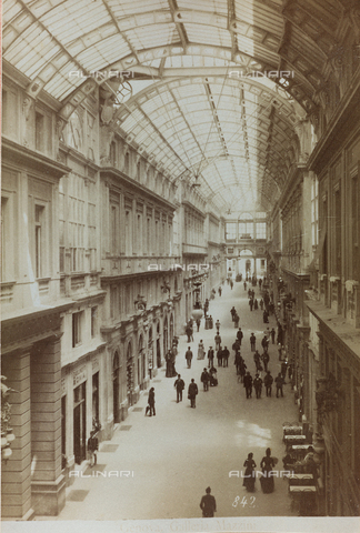 AVQ-A-000284-0011 - Animated view of the Galleria Mazzini, Genoa - Data dello scatto: 1880-1890 - Archivi Alinari, Firenze