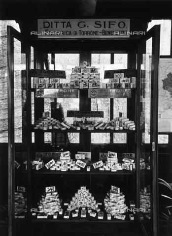 AVQ-A-000417-0098 - Seconda Fiera Campionaria di Tripoli, giugno 1928: il padiglione della fabbrica di torrone G. Sifo di Benevento - Data dello scatto: 06/1928 - Archivi Alinari, Firenze
